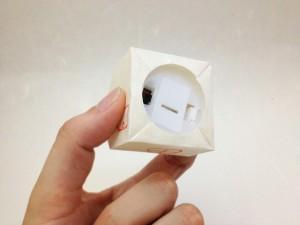 和紙のおうちライト 裏にライトのスイッチと電池入れ替えのふたがあります